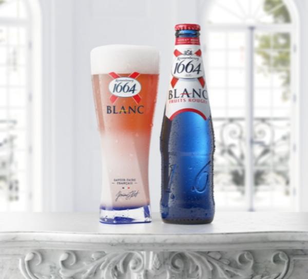 Cele mai placute amintiri ale verii sunt insotite de o bere rece, savurata pe sezlong sau in lungile serate de vara alaturi de prieteni. Pentru a deveni gazda unor petreceri reusite, vara aceasta este suficient sa te relaxezi – o noua aroma este disponibila in oras si suntem siguri ca este genul tau!   Atunci cand esti deschis sa incerci lucruri noi, ai parte de cele mai interesante experiente. Kronenbourg 1664  Blanc lanseaza Fruits Rouges, o aroma speciala care transforma fiecare moment intr-o placere made in France. Noul mix echilibreaza prospetimea berii cu note efervescente si dulci de fructe rosii. Pregateste-te sa te lasi sedus de un mix intens de fructe si condimente: notele subtile de cereale, nuci caramelizate, lamaie si coriandru iti rasfata simturile fara regrete: datorita compozitiei nutritionale Fruits Rouges este insotitorul perfect al salatelor de vara si preparatelor usoare.   Gustul special din sticlele albastre a fost creat pentru cei aflati in cautarea unei beri fantastice. Incearc-o si te vei indragosti. Dar mai intai creeaza pentru un moment de placere. Iti place intimitatea? Amenajeaza pe balcon un loc de rasfat cu perne moi, muzica in surdina si lumina difuza. Pregateste un platou de branzeturi si fructe uscate care transforma cina intr-o degustare a' la francaise. Astepti prieteni? Orice vizita este un motiv de petrecere. Un playlist bine ales, baguettes transformate in tartine cu fois gras, camembert si dulceata si o noua bautura surprinzatoare cu care sa iti incanti oaspetii.   Cu cat stii mai multe despre noul Blanc Fruits Rouges, cu atat il poti savura mai bine: gustul racoritor ascunde un echilibru perfect intre prospetime, dulceata subtila, condimente si o atingere citrica de lamaie.  Dezvaluie adevaratul potential al aromei Blanc Fruit Rouge cu cateva sfaturi profesionale de la un bartender: Primul pas - simte aroma cremoasa. Simtul olfactiv este cel mai bun preludiu pentru o desfatare.       Serveste intr-un pahar inalt ce a fost pre