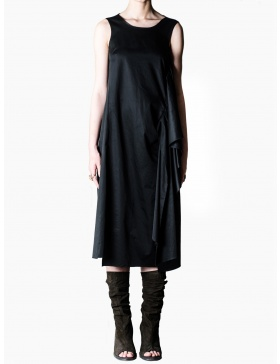 Sleeveless dress with side pleats